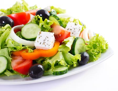 Ensalada de verduras frescas aislado sobre fondo blanco.