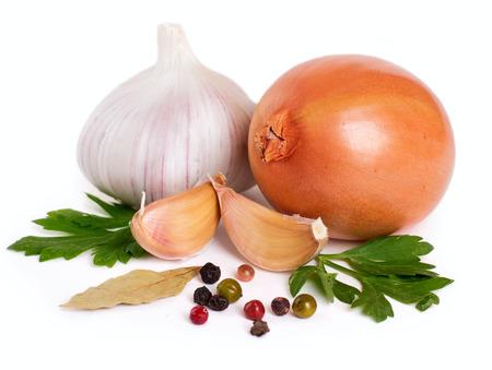 Cebolla con ajo y especias aislado sobre fondo blanco. Foto de archivo