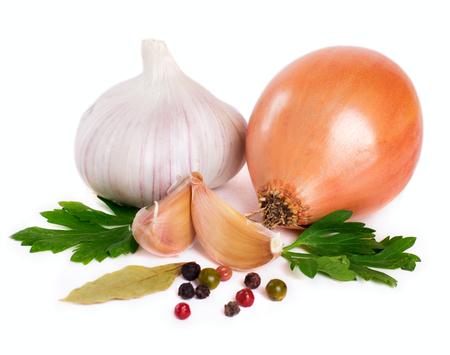 Zwiebel mit Knoblauch und Gewürzen auf weißem Hintergrund Standard-Bild