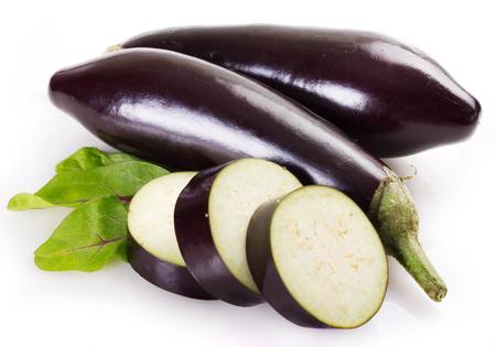 aubergine fraîche isolé sur fond blanc Banque d'images