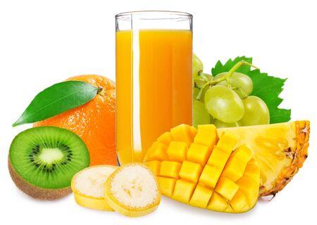 Vaso de jugo fresco con frutas tropicales aislado sobre fondo blanco.