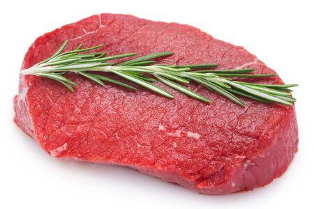 Steak de boeuf cru isolé sur fond blanc Banque d'images