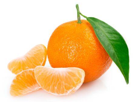 mandarina fresca aislado sobre fondo blanco
