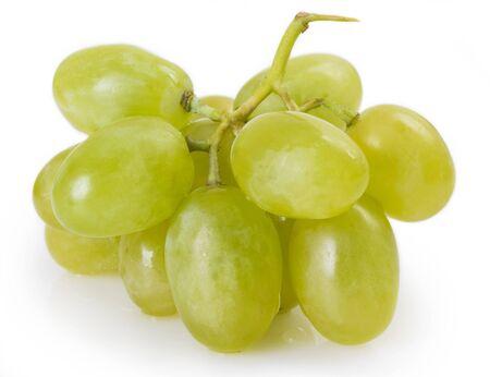 Uvas frescas aisladas sobre fondo blanco.