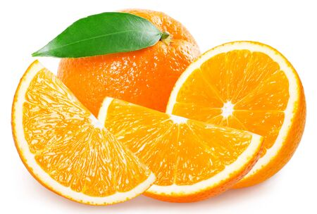 Fruta naranja fresca con hojas aisladas sobre fondo blanco. Foto de archivo