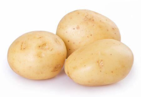 surowy ziemniak na białym tle