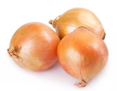 Cebolla fresca aislado sobre fondo blanco.