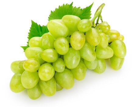 Uva verde fresca aislado sobre fondo blanco. Foto de archivo