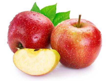 mela rossa fresca isolata sul primo piano bianco del fondo