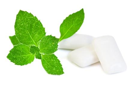 goma de mascar: Mascar gimnasio y fresco hojas de menta, sobre un fondo blanco