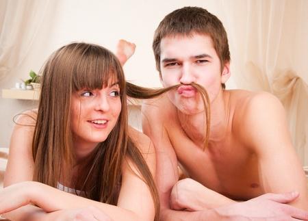 hacer el amor:  pareja feliz. Ni�o est� haciendo un bigote de pelo  Foto de archivo