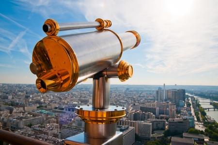 overlooking: Torre Eiffel telescopio con vistas a Par�s. Foto de archivo