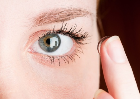 Chiudere, di inserire una lente a contatto femmina occhio