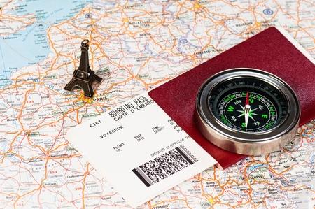 passeport: tour eiffel, une boussole et un passeport avec carte d'embarquement Banque d'images