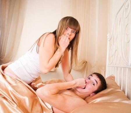 sexo cama: Sexo joven sorprendido en la cama