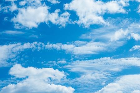 himmel mit wolken: Hintergrund abstrakt: blauer Himmel und Wolken
