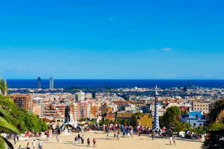 BARCELLONA, SPAGNA - 13 settembre: La gente visita il Parco Guell a 13 Settembre 2012 a Barcellona, ??Spagna. Park Guell è il famoso parco progettato da Antoni Gaudi e costruito negli anni 1900-1914 Editoriali