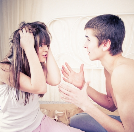 pareja discutiendo: Retrato de una pareja enojada gritando entre s? sobre fondo blanco