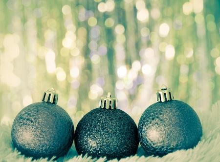 white fur: bolas de Navidad sobre la piel blanca y luces de colores. Estilo vintage