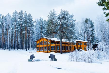 freshly fallen snow: Casa di legno in una zona naturale coperto di neve appena caduta.