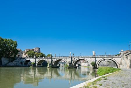 tiber: puente sobre el r�o T�ber, en Roma, Italia