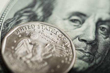 dolar: Retrato de Benjamin Franklin de cien dólares en billetes y moneda de un dólar