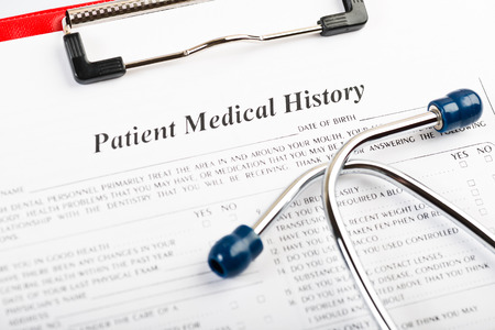 historia clinica: historial médico con estetoscopio Foto de archivo