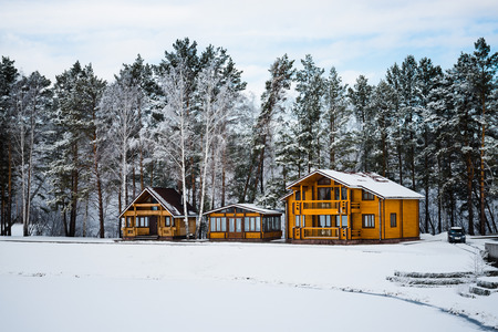 freshly fallen snow: Case di legno in una zona naturale coperto di neve appena caduta. Archivio Fotografico