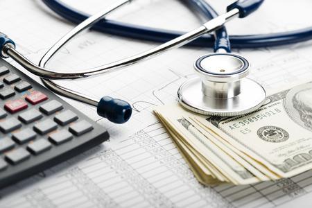 pflegeversicherung: Kosten im Gesundheitswesen. Stethoskop und Taschenrechner-Symbol für Gesundheitskosten oder Krankenversicherung