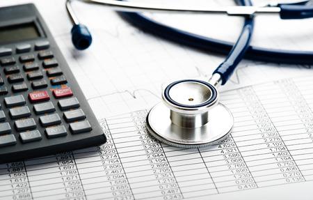 医療費。医療費や医療保険の聴診器と電卓のシンボル