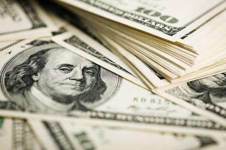 letra de cambio: Pila de billetes de cien d�lares close-up. (DOF superficial)