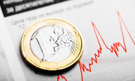 bursatil: Una moneda de euro en el gráfico fluctuante. Tasa de euros (DOF)