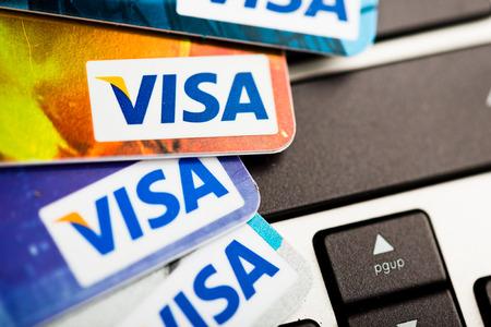 tarjeta visa: YEKATAERINBURG, Rusia - 07 de enero 2015: El hacer compras en Internet - tarjeta Visa en el teclado port�til. Visa es la mayor companie tarjeta de cr�dito en el mundo.