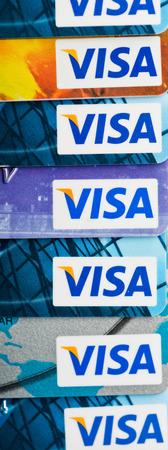 tarjeta visa: YEKATAERINBURG, Rusia - 07 de enero 2015: La pila de tarjetas de cr�dito Visa. Visa es la mayor companie tarjeta de cr�dito en el mundo.