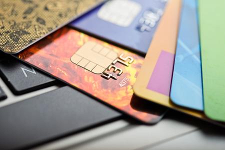 E コマースのコンセプトです。クレジット カードや浅い被写し界深度とラップトップのグループ 写真素材