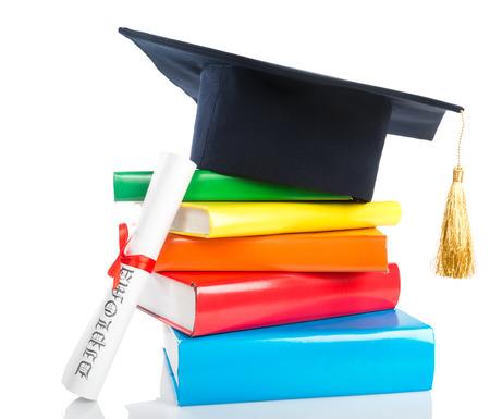 rewarded: Un birrete y la graduaci�n de desplazamiento, atado con cinta roja, sobre una pila de libros