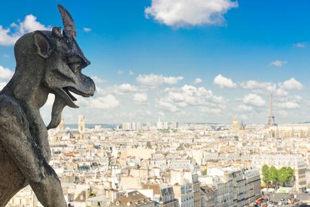 gargouille: Gargouille sur la cath�drale Notre-Dame et la ville de Paris, France Banque d'images