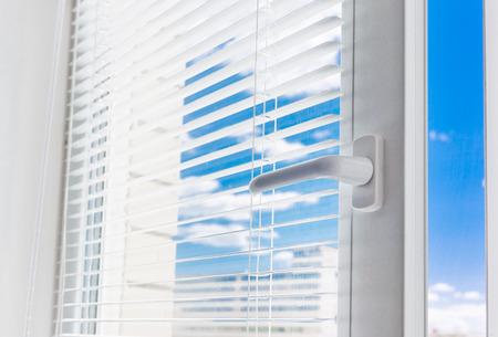 ventana abierta interior: Sol a través de la ventana. Elemento de diseño.