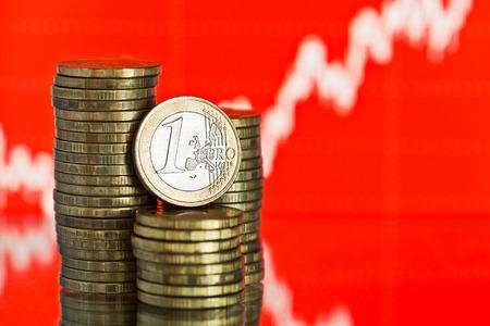 dinero euros: moneda de euro. Fluctuante gráfico sobre fondo rojo. Tasa del euro (DOF)