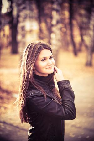 capelli lunghi: Ritratto di giovane donna in autunno parco