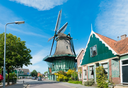 """molino: Antiguo molino de viento """"De Bleeke Dood"""" (The Pale Muerte) en Zaandijk (cerca de Amsterdam). Pa�ses Bajos Foto de archivo"""