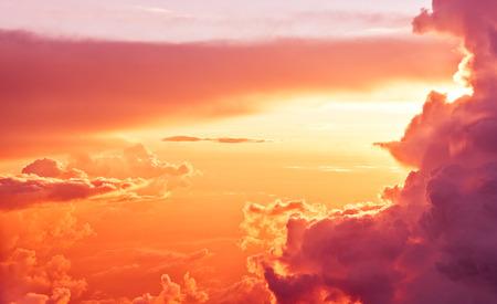 cenital: impresionante vista desde el plano de sol salida del sol y las nubes