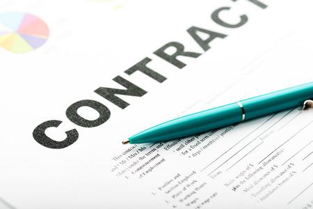 contrato de trabajo: La mano de la empresaria con la pluma de firmar un contrato.