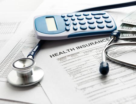 emergencia: formulario seguro de salud con el estetoscopio