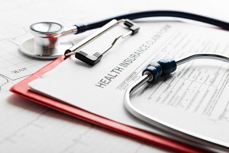 seguros: formulario seguro de salud con el estetoscopio
