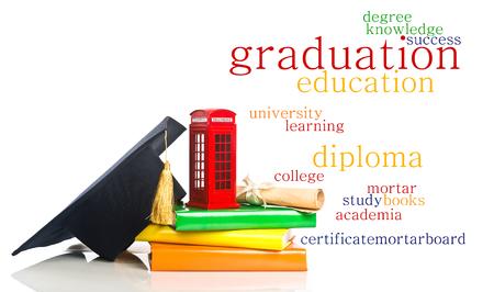 l'éducation en Grande-Bretagne Concept. Pile de livres, mortier, diplôme et boîte de téléphone rouge - symbole de l'Angleterre