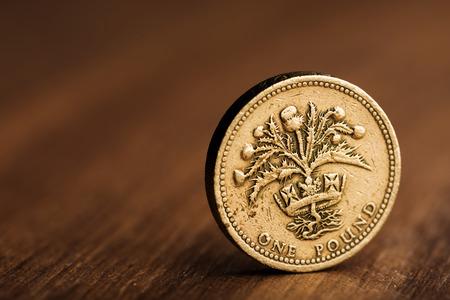 pound GBP coin sulla scrivania