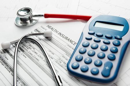 Stethoskop- und Taschenrechnersymbol für Gesundheitskosten oder Krankenversicherung