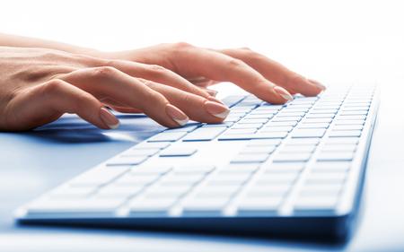 Gros plan sur la saisie des mains féminines sur le clavier