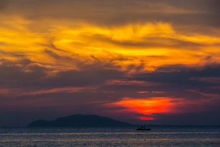 三亜、海南島、中国でオレンジ色の夕日。